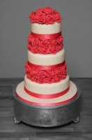 red roses wedding cake.jpg